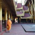 Moine déambulant dans le grand palais, Mandalay, Myanmar