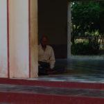 Méditation à la pagode Shwezigon, Bagan, Myanmar