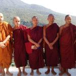 Moines sur le Mont Popa, Myanmar