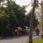 Moines demandant l'aumône, Kampot, Cambodge