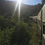 Vue du train sous le soleil, Myanmar