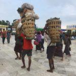 Porteurs au Rocher d'Or, Myanmar